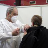 Un sanitario inocula la vacuna contra el COVID-19 en Asturias