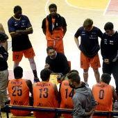 Lezkano habla a sus jugadores en un tiempo muerto frente al Tizona