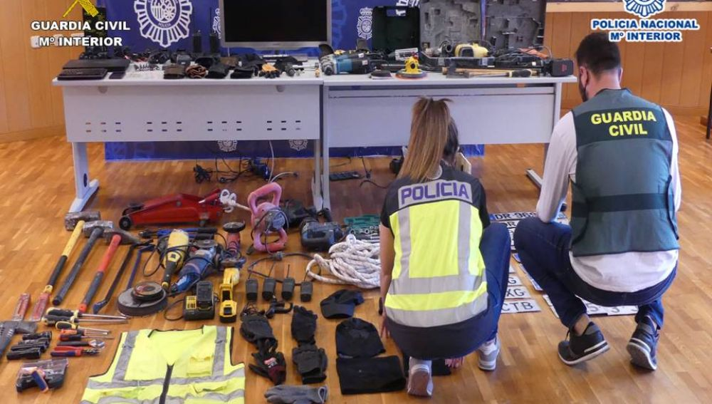 Agentes de la Policía Nacional y la Guardia Civil junto a algunos de los efectos intervenidos.