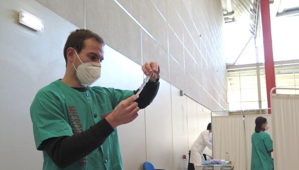 Un sanitario prepara los viales para la vacunación de la COVID