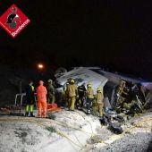 Efectivos de los servicios de emergencia en las labores de rescate del conductor del camión siniestrado.