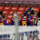 Los jugadores del Barcelona celebran el gol de Gerard Piqué