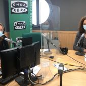 La presidenta del Consell de Mallorca, Catalina Cladera, en los estudios de Onda Cero Mallorca junto a la periodista Elka Dimitrova.