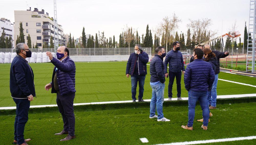 El concejal de Deportes, Vicente Alberola; y el director deportivo de la concejalía José Francisco Aldeguer, en la visita a las obras del Polideportivo Altabix.