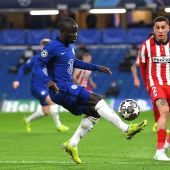 Kante, jugador del Chelsea, controla el balón ante Giménez