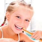 Una niña lavándose los dientes