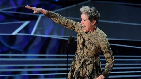La actriz Frances McDormand agradece su Oscar por 'Tres anuncios a las afueras' sobre el escenario del Dolby Theatre
