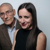 La directora de 'El agente topo', la chilena Maite Alberdi, ante el actor Sergio Chamy