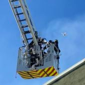 Bomberos utilizando un dron