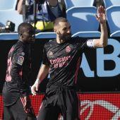 El delantero francés del Real Madrid Karim Benzema celebra con sus compañeros tras marcar el 0-1 ante el Celta de Vigo