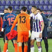 El portero del Sevilla FC Yassine Bounou saluda a su compatriota Jawad El Yamiq, del Real Valladolid, tras el encuentro de LaLiga