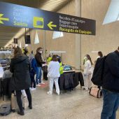 Sanidad Exterior realiza el control de pasajeros de vuelos internacionales en el aeropuerto de Son Sant Joan de Mallorca para verificar que cuentan con una PCR negativa