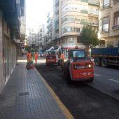 Trabajos de asfaltado en la calle Doctor Caro de Elche.