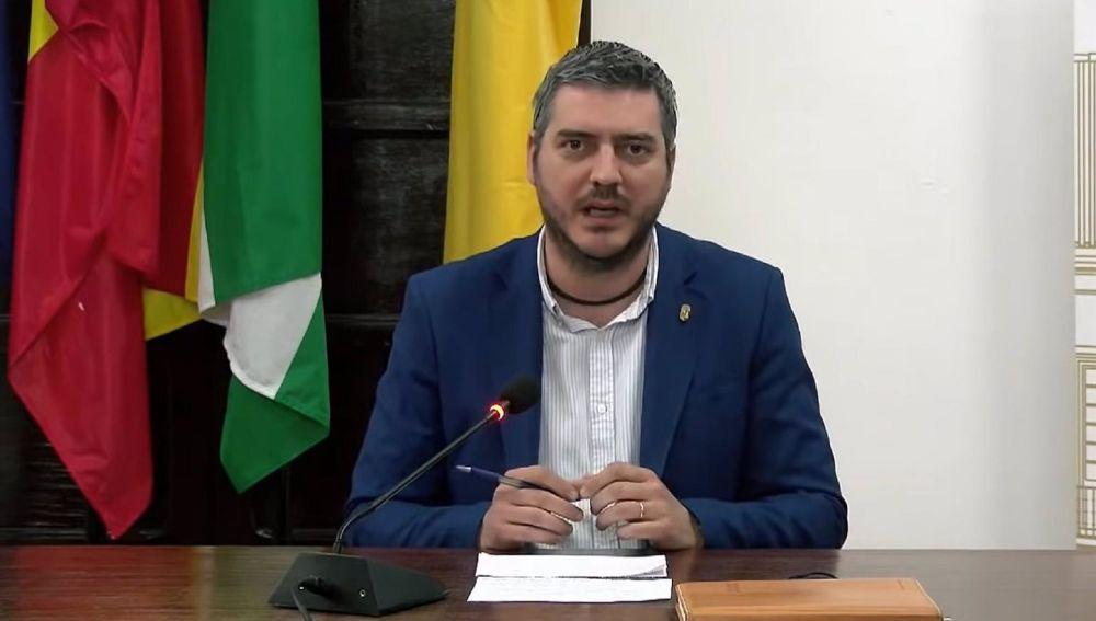 El alcalde de la localidad, Francisco J. Martínez, en una comparecencia pública