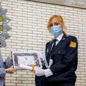 La concejal delegada de Policía, Patricia Cavero, entrego el despacho y la mención especial a María José Sebastián