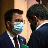 Pere Aragonès i Jordi Sánchez, d'esquenes, després de la conferència que va pronunciar el secretari general de JxCat.