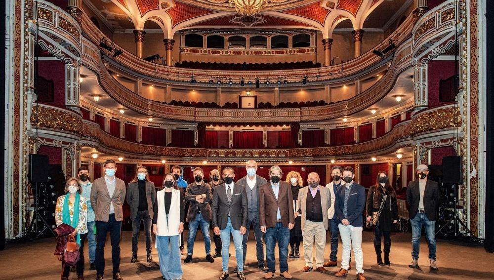 Protagonistas de la nueva temporada del teatro junto al Delegado de Turismo en el Ayuntamiento, Antonio Muñoz