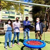 El club Rotartact ha donado un juego infantil adaptado a Orihuela, a través del área de Infraestructuras, que se ha instalado en el parque Severo Ochoa