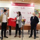 Recepción de Rosa Melchor al ganador de la Olimpiada de Física de la UCLM Pablo Castellanos