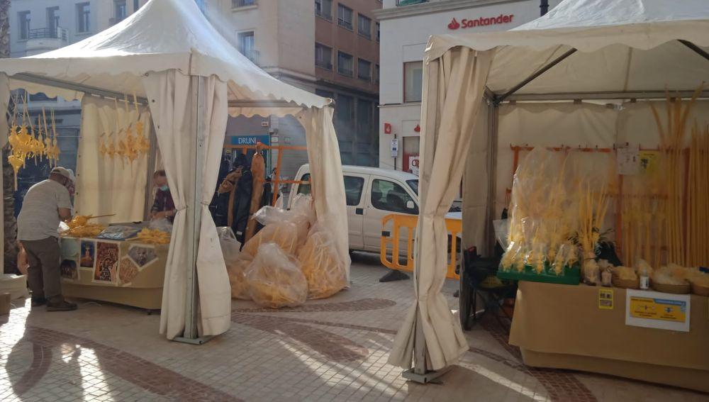 Puestos de venta de palma blanca en Elche.