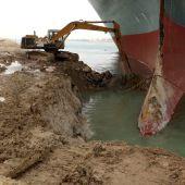 El carguero Ever Given atascado en el Canal de Suez