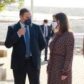 El ministro de Transportes, Movilidad y Agenda Urbana, José Luis Ábalos, conversa con la presidenta del Govern, Francina Armengol, durante una visita al Baluard del Príncep de Palma.