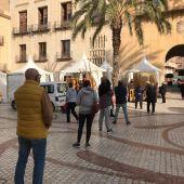 Cola de ciudadanos en la Plaça de Baix de Elche para comprar palmas blancas de Domingo de Ramos.