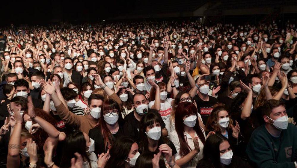 """Love of Lesbian protagoniza en Barcelona el primer concierto masivo sin distancias: """"El mundo nos está mirando"""""""