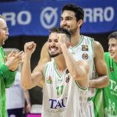 Los jugadores del Tau celebran la victoria ante Valladolid
