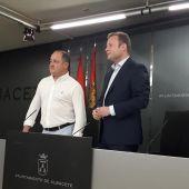 El alcalde de Albacete, Vicente Casañ, junto al vicealcalde, Emilio Sáez, comparecen en rueda de prensa. Imagen de archivo