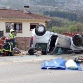 Un herido en Llanes tras volcar un vehículo en la recta de Turanzas