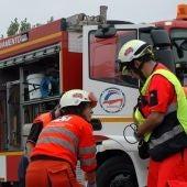 Bomberos y sanitarios prestan atención en un accidente de tráfico