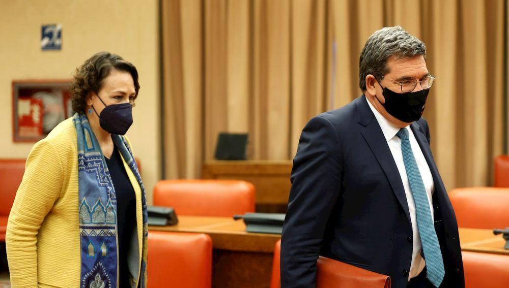 El ministro de Inclusión, Seguridad Social y Migraciones, José Luis Escrivá (d), junto a la diputada socialista Magdalena Valerio (i), comparece ante la comisión de seguimiento del Pacto de Toledo celebrada este lunes en el Congreso de los Diputados de Madrid.