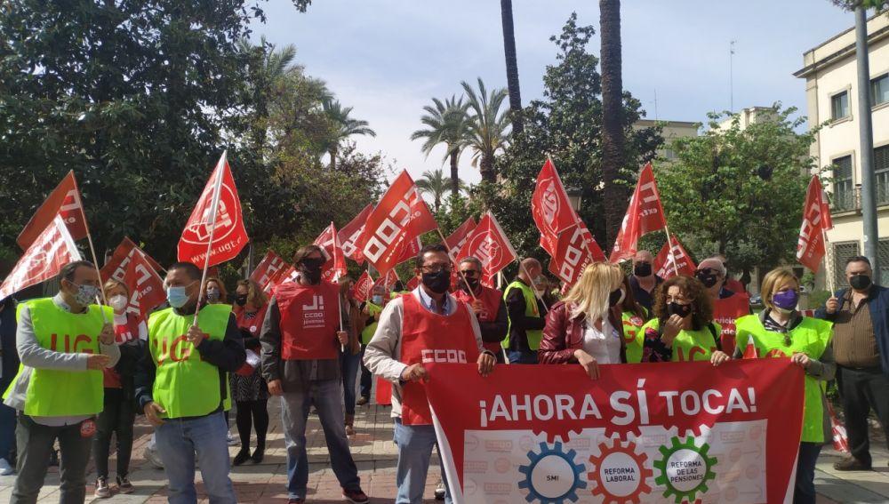 CCOO y UGT Extremadura se manifestaban hoy en Badajoz para pedir al gobierno de la nación que derogue la reforma laboral y suba el SMI