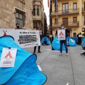 El ocio nocturno de Castellón acampa ante la Generalitat para denunciar su situación.