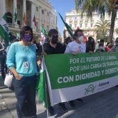 Miembros de Adelante Andalucía durante la manifestación de apoyo de Airbus, con el alcalde de Cádiz