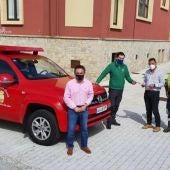 Alcalde y operarios con el nuevo vehículo