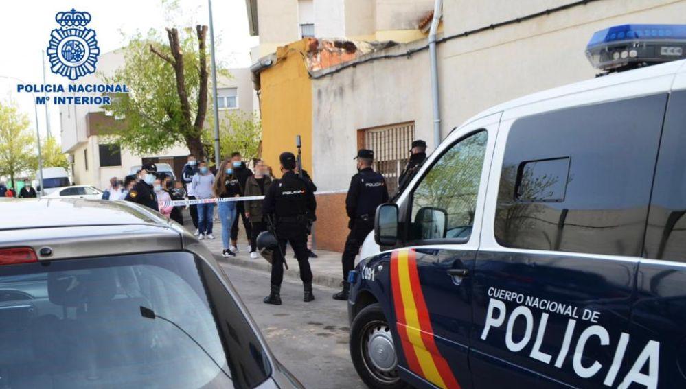 La Policía Nacional, durante una detención en un acto delictivo en plena calle.