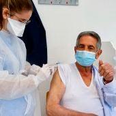 Miguel Ángel Revilla recibe la vacuna del coronavirus