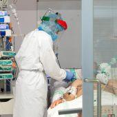 Sanitario y paciente covid ingresado