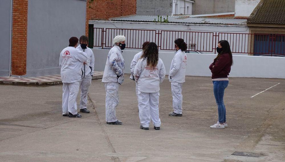 """El RECUAL """"Dando Color a Quintanar"""" adecenta las instalaciones del Colegio Rosell"""