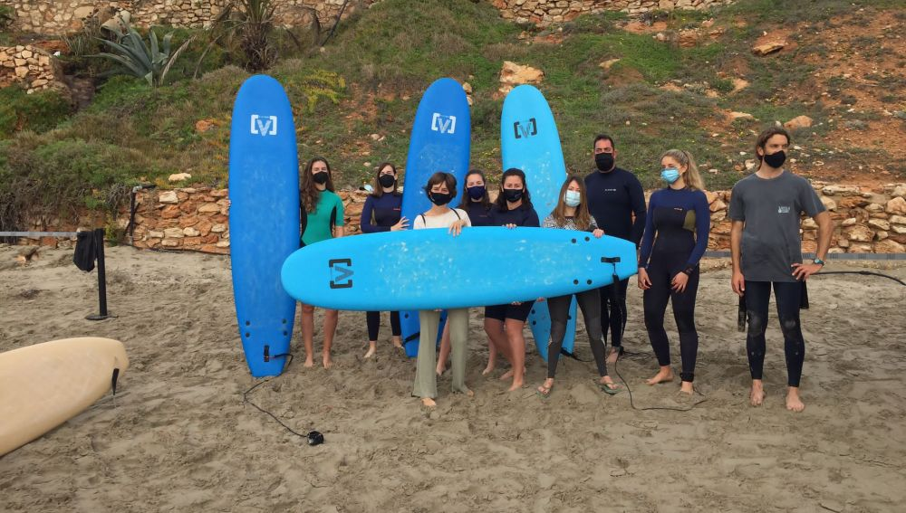 Cala Cerrada, es una de las once playas del litoral oriolano que reúne las condiciones y características óptimas para poder disfrutar del surf entre sus olas