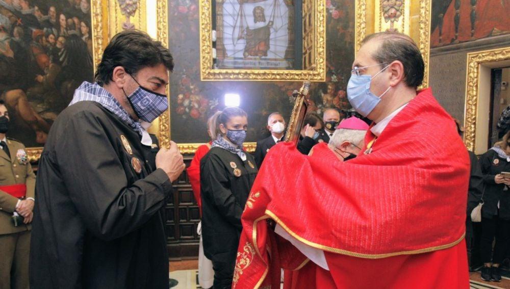 El alcalde venera la Reliquia