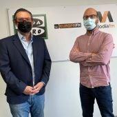 El director de la Asociación de Industriales de Mallorca, Alejandro Saénz de San Pedro, acompaña al periodista de Onda Cero Illes Balears Martí Rodríguez