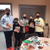 Alumnos del Colegio Ana Soto con algunos de los libros entregados