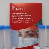 Se trata de una extracción de sangre convencional, no hace falta acudir en ayunas y los resultados se facilitan a las 48 horas desde la realización del test
