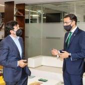 El presidente de FEDA, Artemio Pérez junto al director general de Globalcaja, Pedro Palacios.