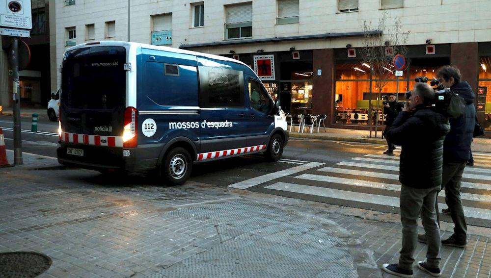 Los detenidos llegan en un furgón de los Mossos d'Esquadra a los juzgados de Sabadell tras su detención