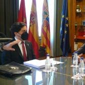 El coordinador de la asesoría jurídica, Alberto Peiró, se ha reunido con el consejero de Urbanismo, Víctor Serrano, para hacer balance de los tres primeros meses de trabajo.