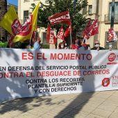 CCOO y UGT se concentran en Badajoz para criticar el estado y la situación por la que atraviesa Correos